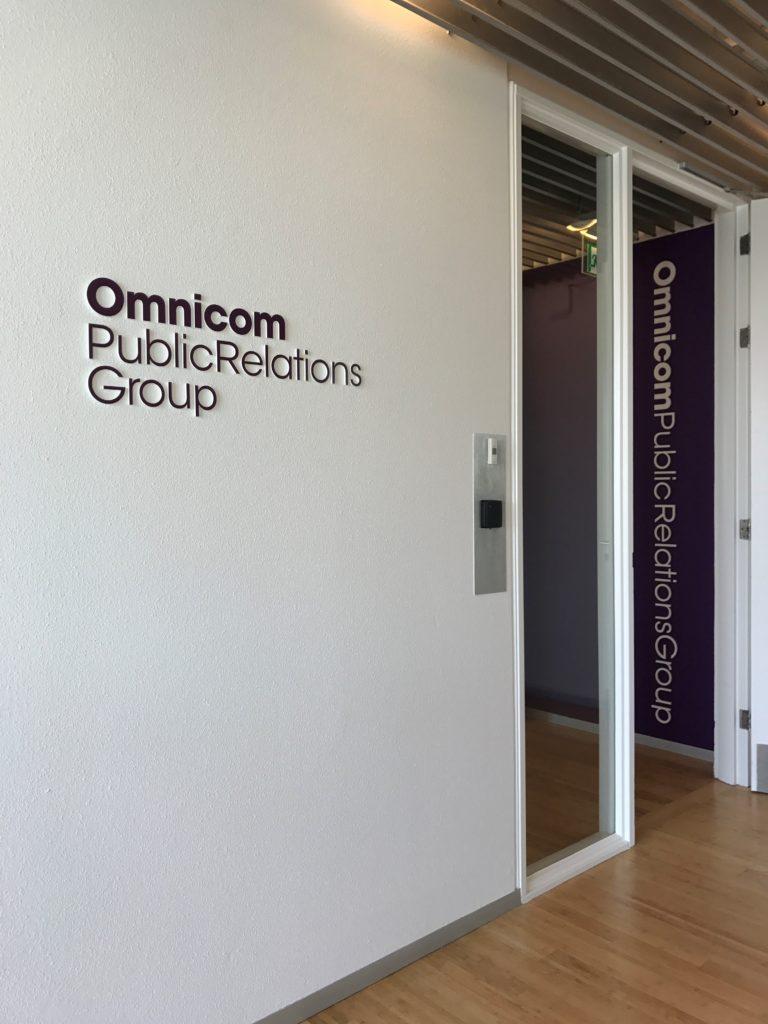OMNICOM acrylaat logo-wandteksten montage